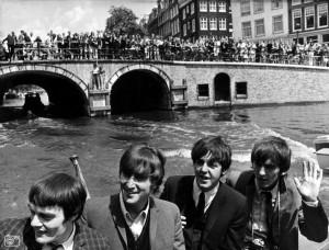 Beatles tijdens rondvaart door Amsterdam: 6 juni 1964